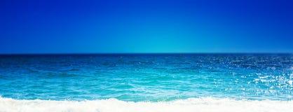 Playa del mar y onda suave del océano azul Día de verano y bea arenoso Fotos de archivo