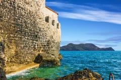Playa del mar y pared de la ciudad vieja, Adriático, Budva, Montenegro Imagen de archivo libre de regalías