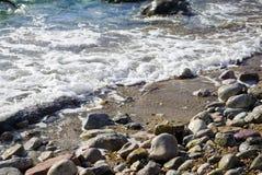 Playa del mar y una pequeña onda foto de archivo