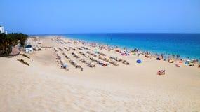 Playa del Matorral - экзотический пляж в Morro Jable около превосходных объектов покупок в Фуэртевентуре стоковое изображение rf