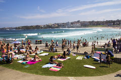 PLAYA DEL NORTE de BONDI, AUSTRALIA - 16 de marzo: Gente que se relaja en Imagenes de archivo