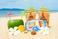 Playa del océano con la palma y y el coctail Foto de archivo libre de regalías
