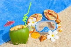 Playa del océano con las palmas y y el coctail Foto de archivo libre de regalías