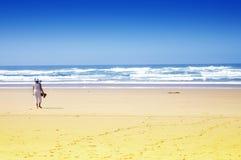 Playa del océano con una mujer Foto de archivo