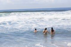Playa del océano de la nadada del muchacho de las muchachas Fotografía de archivo