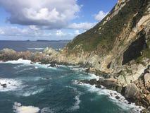 Playa del océano en día soleado del verano en Cudillero Asturias España imagen de archivo libre de regalías