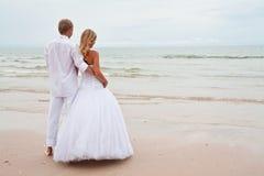 Playa del ona del novio y de la novia Foto de archivo libre de regalías