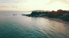Playa del onsea de la gente de la visión que camina aérea y chalet del centro turístico de lujo en costa tropical metrajes