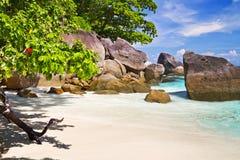 Playa del paraíso con agua de la turquesa Imágenes de archivo libres de regalías