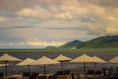 Playa del paraíso con los paraguas Foto de archivo libre de regalías