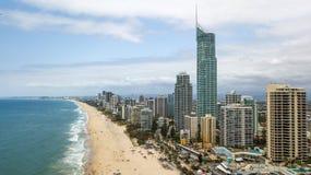 Playa del paraíso de las personas que practica surf de Gold Coast Fotos de archivo libres de regalías