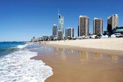 Playa del paraíso de las personas que practica surf, Gold Coast fotografía de archivo