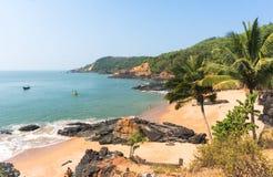 Playa del paraíso en Gokarna Paisaje abandonado hermoso con la arena y la onda limpias Visión desde el mar a la orilla Imagen de archivo