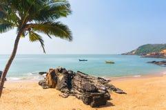 Playa del paraíso en Gokarna Paisaje abandonado hermoso con la arena y la onda limpias Visión desde el mar a la orilla Fotografía de archivo libre de regalías