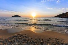 Playa del paraíso en la salida del sol Grecia Fotografía de archivo libre de regalías