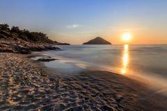 Playa del paraíso en la salida del sol Grecia Imagen de archivo libre de regalías