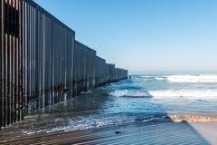 Playa del parque de estado del campo de la frontera con la pared de la frontera internacional imagenes de archivo