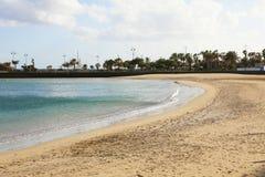 Playa del Reducto παραλία με τους φοίνικες στο υπόβαθρο, Arrecife, Lanzarote Στοκ φωτογραφία με δικαίωμα ελεύθερης χρήσης