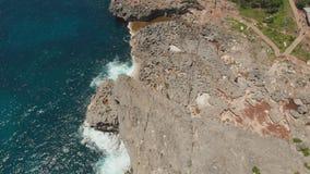 Playa del ` s Billabong del ángel, la piscina natural en la isla de Nusa Penida Silueta del hombre de negocios Cowering Bali, Ind almacen de metraje de vídeo