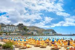 Playa del ` s de Puerto Rico Centro turístico amarillo, Gran Canaria, España Fotografía de archivo libre de regalías
