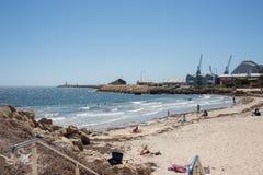 Playa del ` s del bañista y grúas de construcción Imagen de archivo libre de regalías
