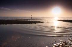 playa del southbourne de la puesta del sol en una tarde de los inviernos Imagen de archivo