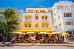 Playa del sur, calle de la impulsión de Miami Beach, océano, monumentos arquitectónicos de Art Deco Hoteles y restaurantes imágenes de archivo libres de regalías