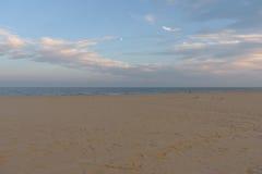 Playa del sur de Lowesoft en la puesta del sol imagenes de archivo