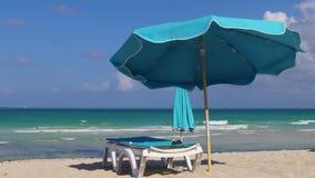 Playa del sur 4k los E.E.U.U. de Miami del paraguas azul claro del día de verano almacen de metraje de vídeo