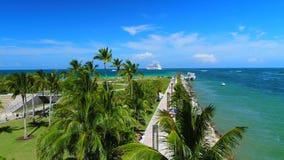 Playa del sur, Miami Beach florida Silueta del hombre de negocios Cowering almacen de video