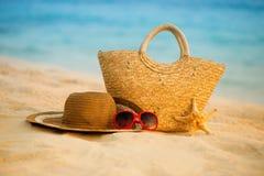 Playa del verano con los accesorios Mar azul de la falta de definición en fondo Imagen de archivo libre de regalías