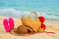 Playa del verano con los accesorios Mar azul de la falta de definición en fondo Fotos de archivo libres de regalías