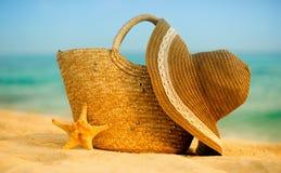 Playa del verano con los accesorios Mar azul de la falta de definición en fondo Fotografía de archivo libre de regalías