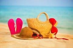 Playa del verano con los accesorios Mar azul de la falta de definición en fondo Imagenes de archivo