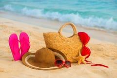 Playa del verano con los accesorios Mar azul de la falta de definición en fondo Fotografía de archivo
