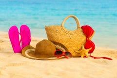 Playa del verano con los accesorios Mar azul de la falta de definición en fondo Foto de archivo libre de regalías