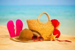 Playa del verano con los accesorios Mar azul de la falta de definición en fondo Fotos de archivo