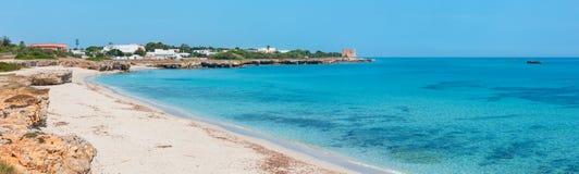 Playa del verano de Torre Specchia Ruggeri, Puglia, Italia foto de archivo libre de regalías