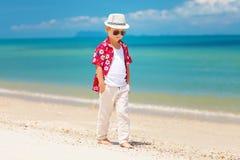 Playa del verano del muchacho que camina elegante lindo fotografía de archivo