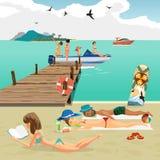 Playa del verano del paisaje del mar Hombre y mujer que toman el sol la mentira Foto de archivo libre de regalías