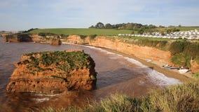 Playa Devon England Reino Unido de la bahía de Ladram con la pila y las ondas de la roca almacen de metraje de vídeo