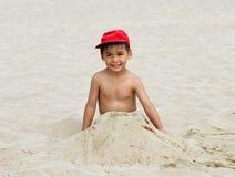 Playa divertida del muchacho imagen de archivo