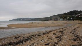 Playa Dorset Inglaterra Reino Unido de Charmouth con los guijarros y tabla y costa costa metrajes
