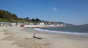 Playa Dorset Inglaterra Reino Unido de Lyme Regis en todavía de la calma un día hermoso en la costa jurásica inglesa Foto de archivo libre de regalías