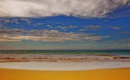 Playa dramática con las nubes Fotos de archivo