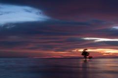 Playa durante puesta del sol Fotografía de archivo libre de regalías