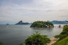 Playa e isla de Viagem de la boa con Rio de Janeiro Skyline en el fondo - Niteroi, Rio de Janeiro, el Brasil fotos de archivo