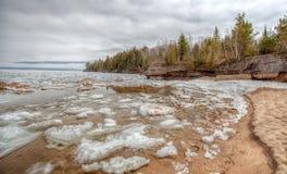 Playa el lago Superior del tren del Au del deshielo de la primavera Foto de archivo libre de regalías