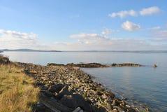 Playa empedrada con el prado, opinión del mar de Granton, bahía de Edimburgo, Reino Unido Imagen de archivo libre de regalías