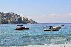 Playa en Acapulco con los botes pequeños foto de archivo libre de regalías